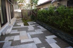 御影石を幾何学的に敷いた駐車場の庭(建築資料研究社 庭NIWA No.218 2015春 掲載)