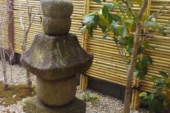 時代物の五輪塔のある庭