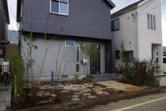 石敷きの駐車場の庭